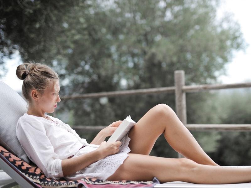dievča číta knihu v lete